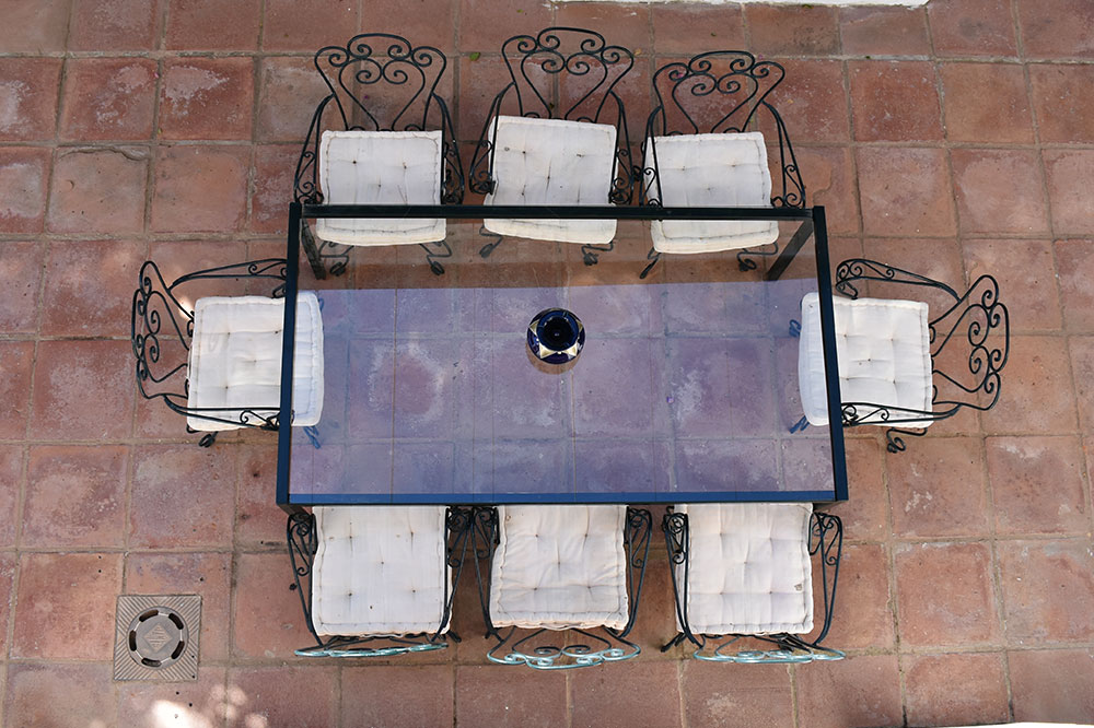 Table of one of the courtyards of Lince Casa Rural
